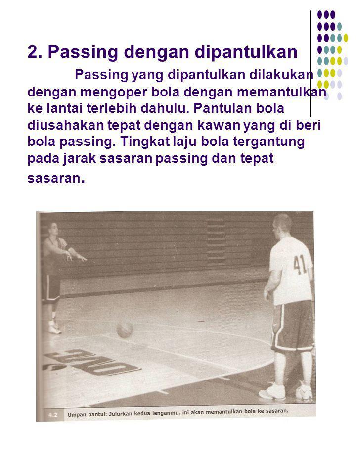 2. Passing dengan dipantulkan Passing yang dipantulkan dilakukan dengan mengoper bola dengan memantulkan ke lantai terlebih dahulu. Pantulan bola dius