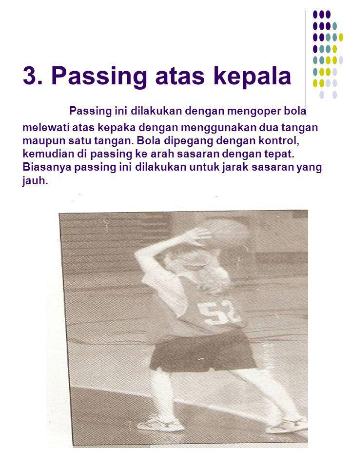 3. Passing atas kepala Passing ini dilakukan dengan mengoper bola melewati atas kepaka dengan menggunakan dua tangan maupun satu tangan. Bola dipegang