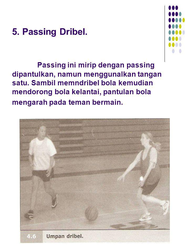 5. Passing Dribel. Passing ini mirip dengan passing dipantulkan, namun menggunalkan tangan satu. Sambil memndribel bola kemudian mendorong bola kelant