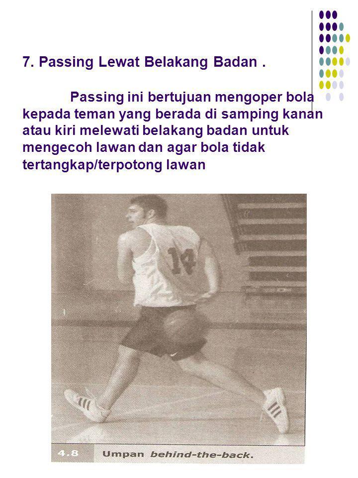 7. Passing Lewat Belakang Badan. Passing ini bertujuan mengoper bola kepada teman yang berada di samping kanan atau kiri melewati belakang badan untuk