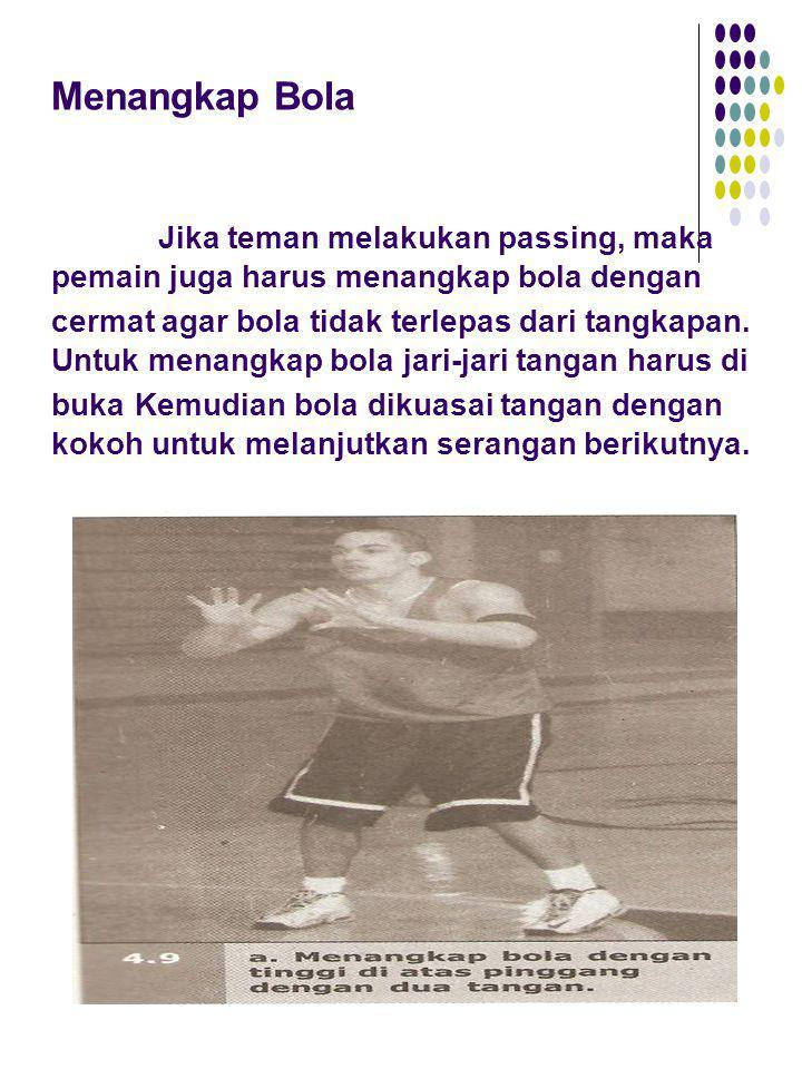 Menangkap Bola Jika teman melakukan passing, maka pemain juga harus menangkap bola dengan cermat agar bola tidak terlepas dari tangkapan. Untuk menang