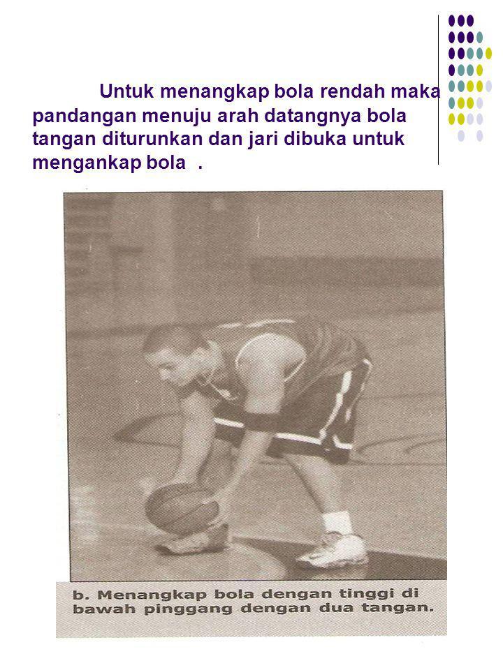 Untuk menangkap bola rendah maka pandangan menuju arah datangnya bola tangan diturunkan dan jari dibuka untuk mengankap bola.