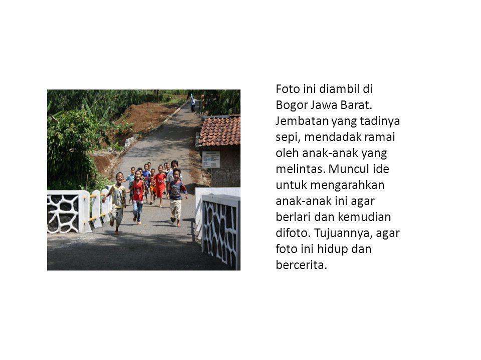 Foto ini diambil di Bogor Jawa Barat. Jembatan yang tadinya sepi, mendadak ramai oleh anak-anak yang melintas. Muncul ide untuk mengarahkan anak-anak