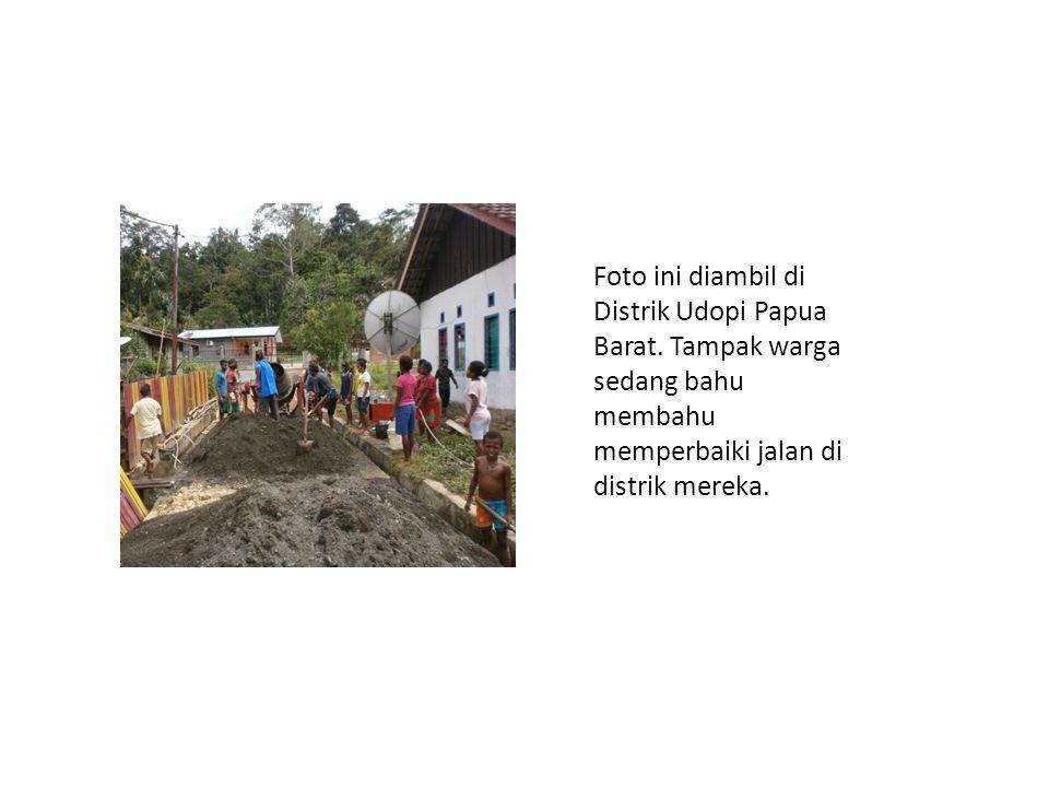 Foto ini diambil di Distrik Udopi Papua Barat. Tampak warga sedang bahu membahu memperbaiki jalan di distrik mereka.
