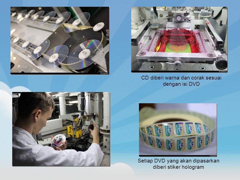 Setiap DVD yang akan dipasarkan diberi stiker hologram CD diberi warna dan corak sesuai dengan isi DVD
