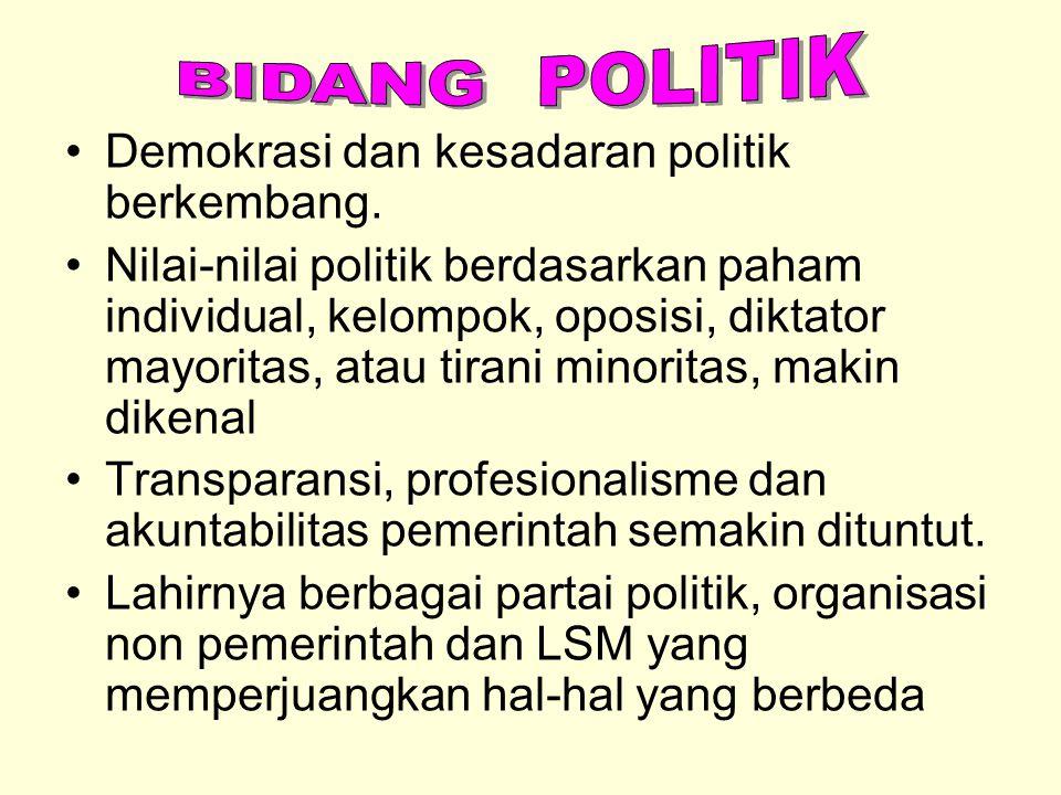 Demokrasi dan kesadaran politik berkembang. Nilai-nilai politik berdasarkan paham individual, kelompok, oposisi, diktator mayoritas, atau tirani minor
