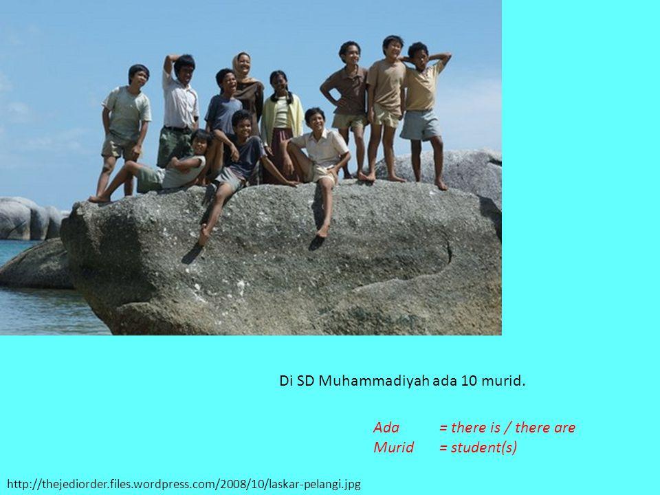 http://thejediorder.files.wordpress.com/2008/10/laskar-pelangi.jpg Di SD Muhammadiyah ada 10 murid. Ada= there is / there are Murid= student(s)