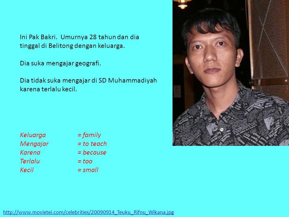 http://www.movietei.com/celebrities/20090914_Teuku_Rifnu_Wikana.jpg Ini Pak Bakri. Umurnya 28 tahun dan dia tinggal di Belitong dengan keluarga. Dia s