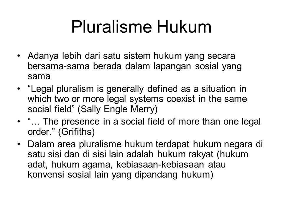 """Pluralisme Hukum Adanya lebih dari satu sistem hukum yang secara bersama-sama berada dalam lapangan sosial yang sama """"Legal pluralism is generally def"""