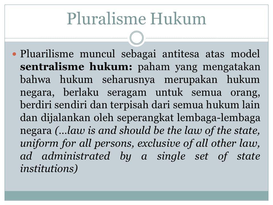 Pluarilisme muncul sebagai antitesa atas model sentralisme hukum: paham yang mengatakan bahwa hukum seharusnya merupakan hukum negara, berlaku seragam