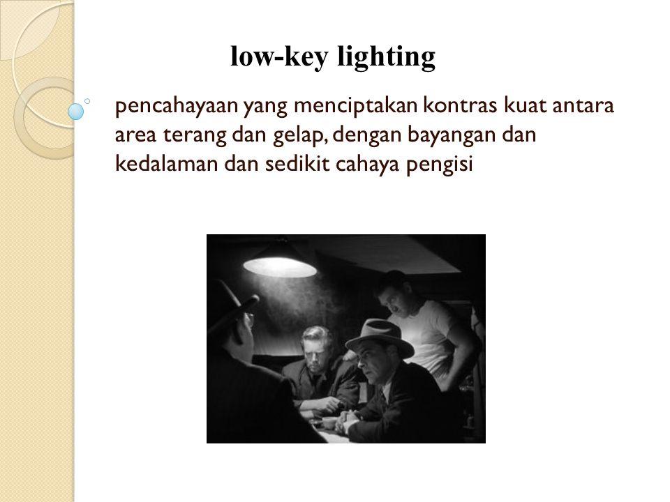 pencahayaan yang menciptakan kontras kuat antara area terang dan gelap, dengan bayangan dan kedalaman dan sedikit cahaya pengisi low-key lighting