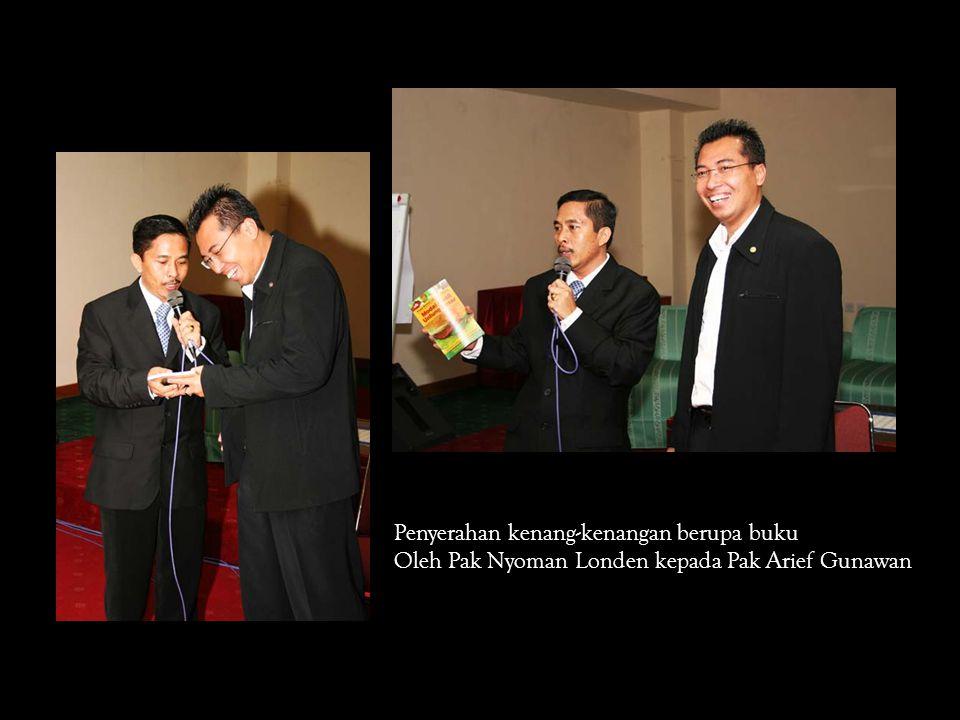 Penyerahan kenang-kenangan berupa buku Oleh Pak Nyoman Londen kepada Pak Arief Gunawan