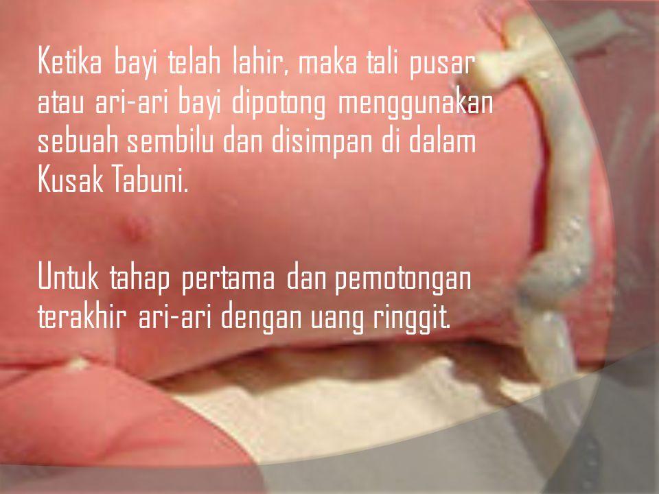Ketika bayi telah lahir, maka tali pusar atau ari-ari bayi dipotong menggunakan sebuah sembilu dan disimpan di dalam Kusak Tabuni. Untuk tahap pertama