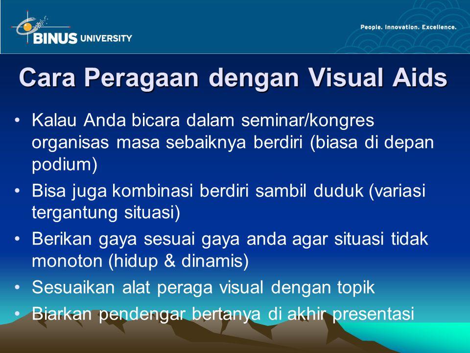 Cara Peragaan dengan Visual Aids Kalau Anda bicara dalam seminar/kongres organisas masa sebaiknya berdiri (biasa di depan podium) Bisa juga kombinasi