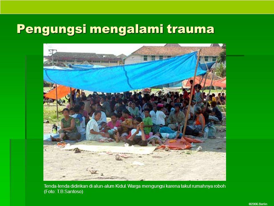 ©2006.Berlin Pengungsi mengalami trauma Tenda-tenda didirikan di alun-alum Kidul. Warga mengungsi karena takut rumahnya roboh (Foto: T.B.Santoso)