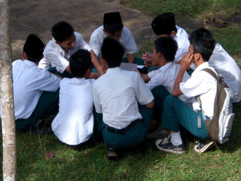 MENARIK PERHATIAN siswa Gaya mengajar guru dan pola interaksi yang bervariasi Penggunaan media pembelajaran.