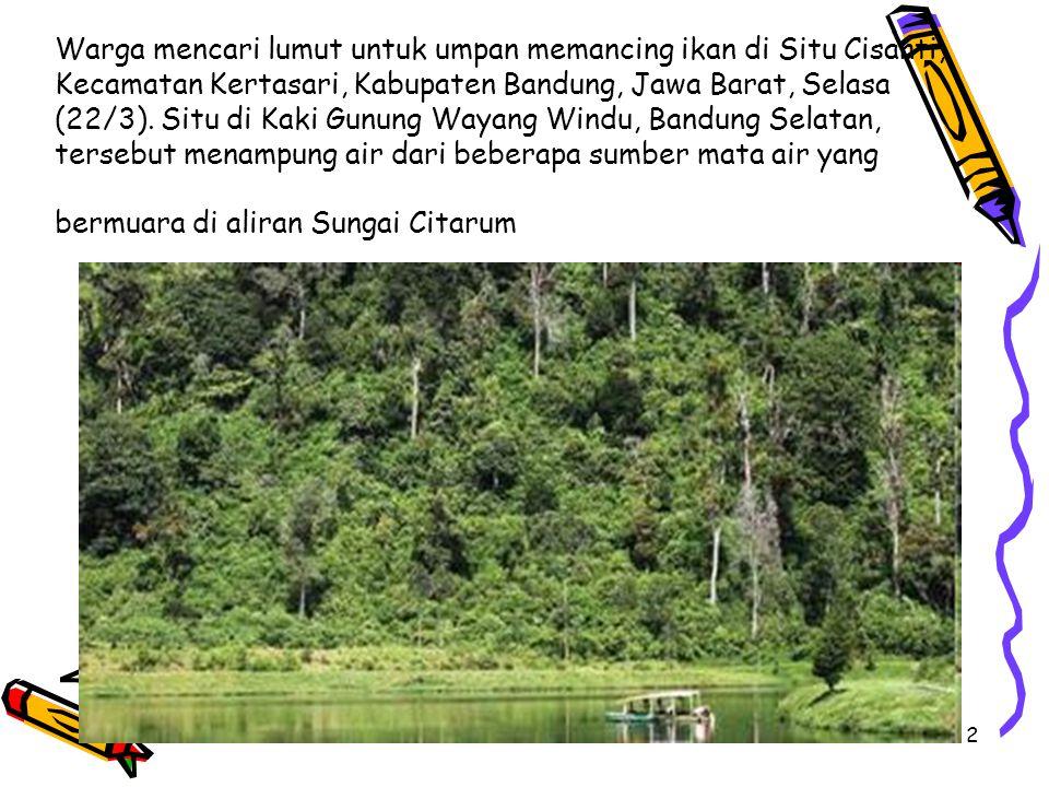 2 Warga mencari lumut untuk umpan memancing ikan di Situ Cisanti, Kecamatan Kertasari, Kabupaten Bandung, Jawa Barat, Selasa (22/3).