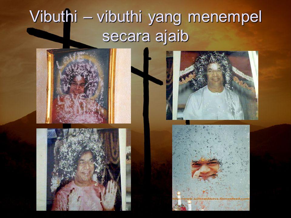 Di banyak foto para pengikutnya, Vibuthi menempel yg bertuliskan hurup GOD = Tuhan