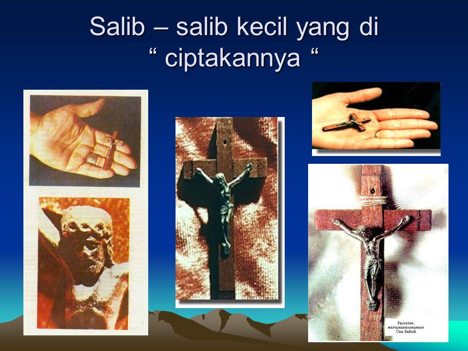 Sai Baba memperlihatkan Linggam yang telah dikeluarkan dari mulut