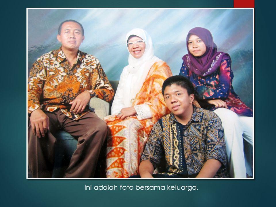 Ini adalah foto bersama keluarga.