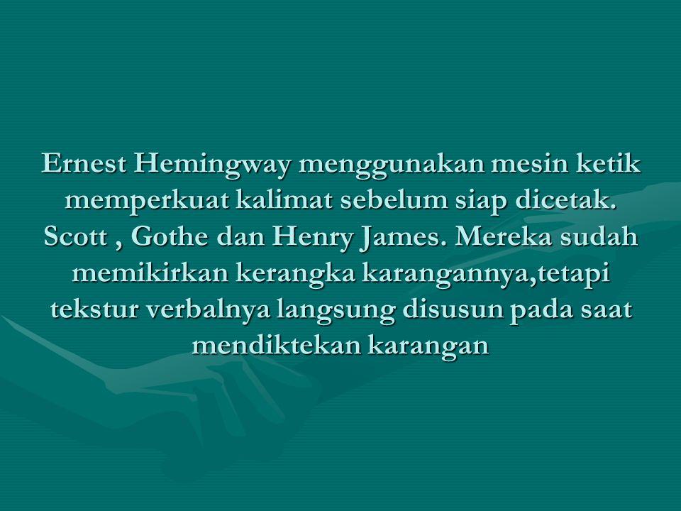 Ernest Hemingway menggunakan mesin ketik memperkuat kalimat sebelum siap dicetak.