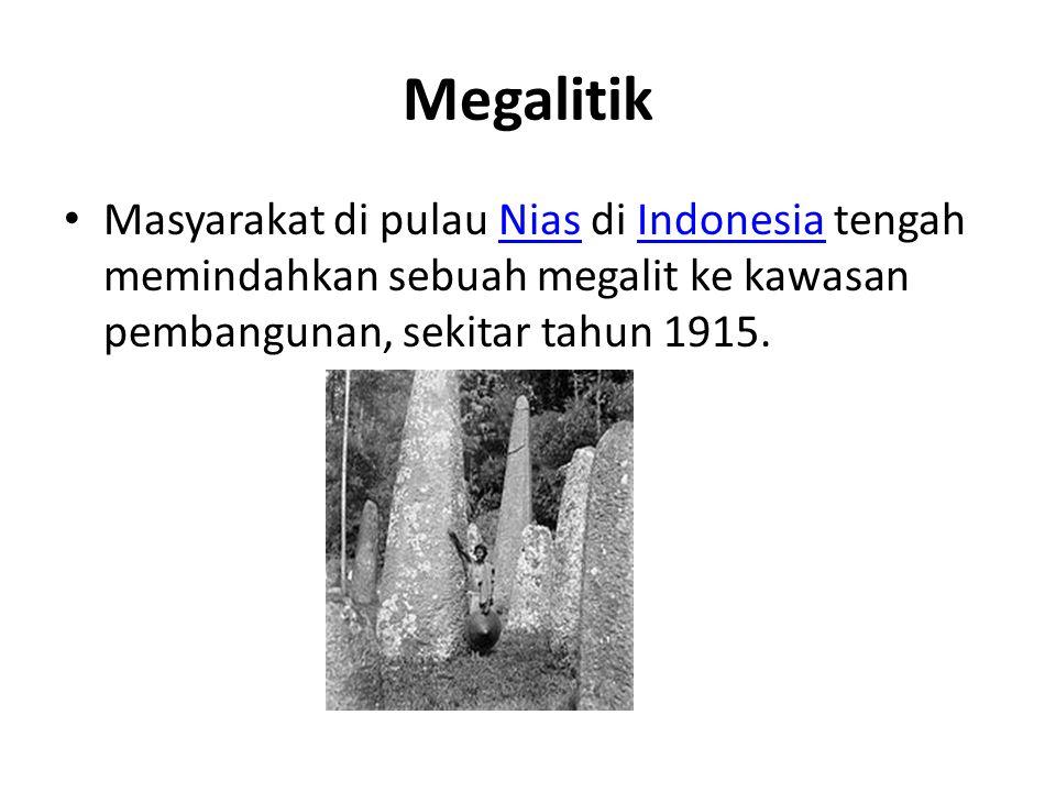 Megalitik Masyarakat di pulau Nias di Indonesia tengah memindahkan sebuah megalit ke kawasan pembangunan, sekitar tahun 1915.NiasIndonesia
