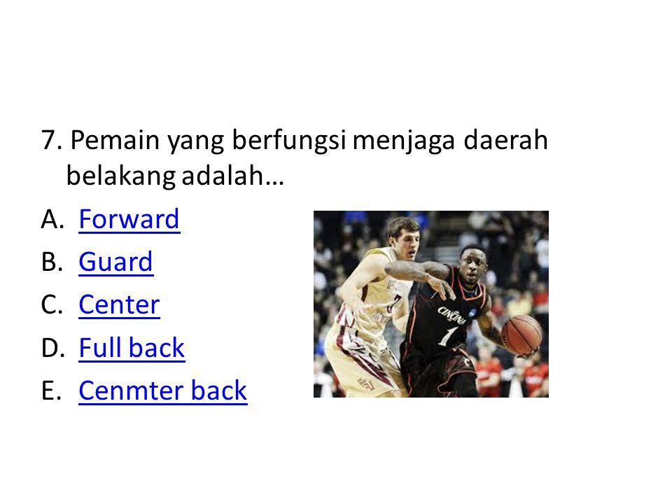 7. Pemain yang berfungsi menjaga daerah belakang adalah… A.ForwardForward B.GuardGuard C.CenterCenter D.Full backFull back E.Cenmter backCenmter back