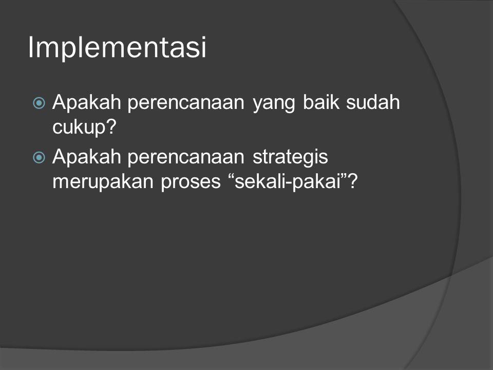 Hakikat Implementasi Strategi Formulasi StrategiImplementasi Strategi Memfokuskan pada sumber daya yang akan digunakan Memfokuskan pada sumber daya yang digunakan selama organisasi berjalan Memfokuskan pada efektivitasMemfokuskan pada efisiensi Proses intelektualProses operasional Membutuhkan keterampilan intuitif dan analisis Membutuhkan keterampilan motivasi dan kepemimpinan Mengkoordinasi beberapa individu dalam organisasi Mengkoordinasi seluruh individu dalam organisasi