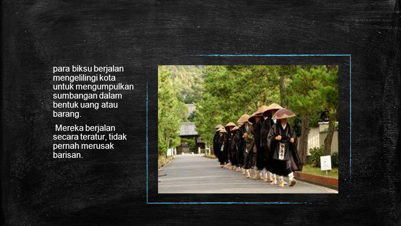 para biksu berjalan mengelilingi kota untuk mengumpulkan sumbangan dalam bentuk uang atau barang.