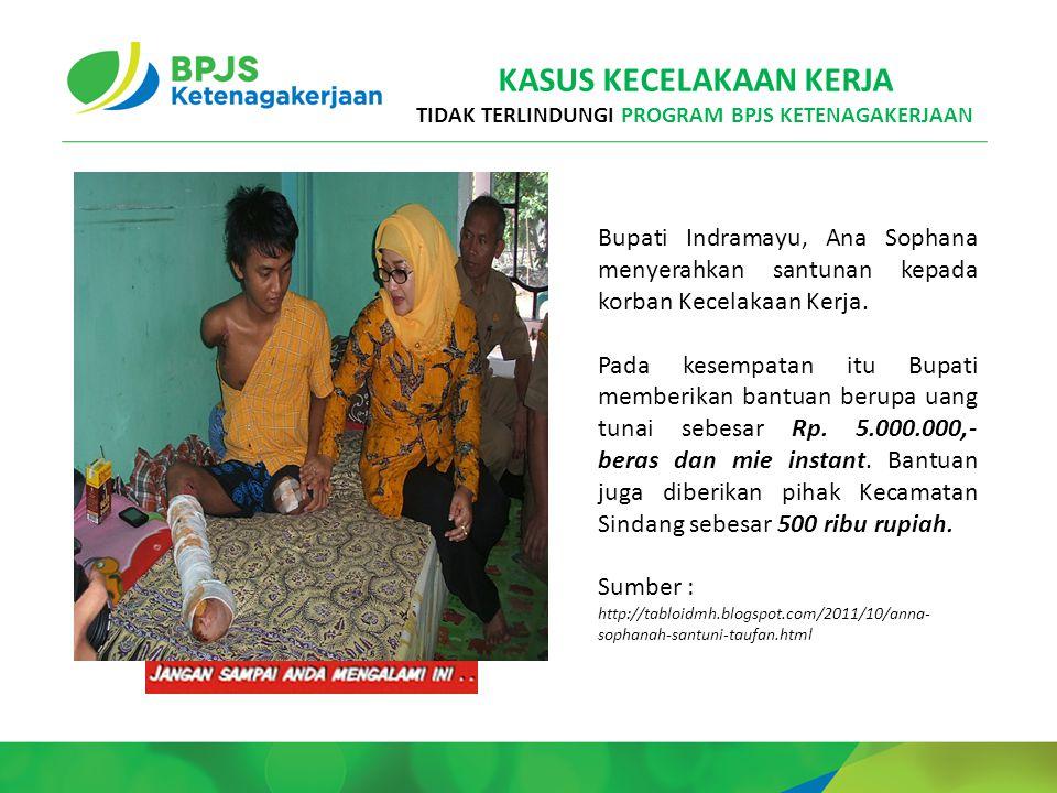 Bupati Indramayu, Ana Sophana menyerahkan santunan kepada korban Kecelakaan Kerja.