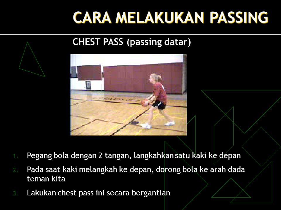 CARA MELAKUKAN PASSING CHEST PASS (passing datar) 1. Pegang bola dengan 2 tangan, langkahkan satu kaki ke depan 2. Pada saat kaki melangkah ke depan,