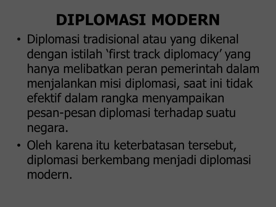 DIPLOMASI MODERN Diplomasi tradisional atau yang dikenal dengan istilah 'first track diplomacy' yang hanya melibatkan peran pemerintah dalam menjalank