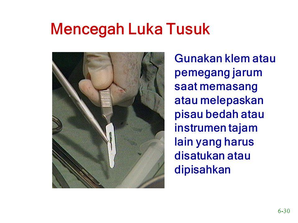 6-30 Mencegah Luka Tusuk Gunakan klem atau pemegang jarum saat memasang atau melepaskan pisau bedah atau instrumen tajam lain yang harus disatukan ata