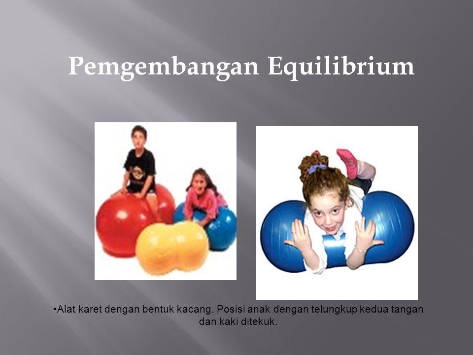 Pemgembangan Equilibrium Alat karet dengan bentuk kacang. Posisi anak dengan telungkup kedua tangan dan kaki ditekuk.