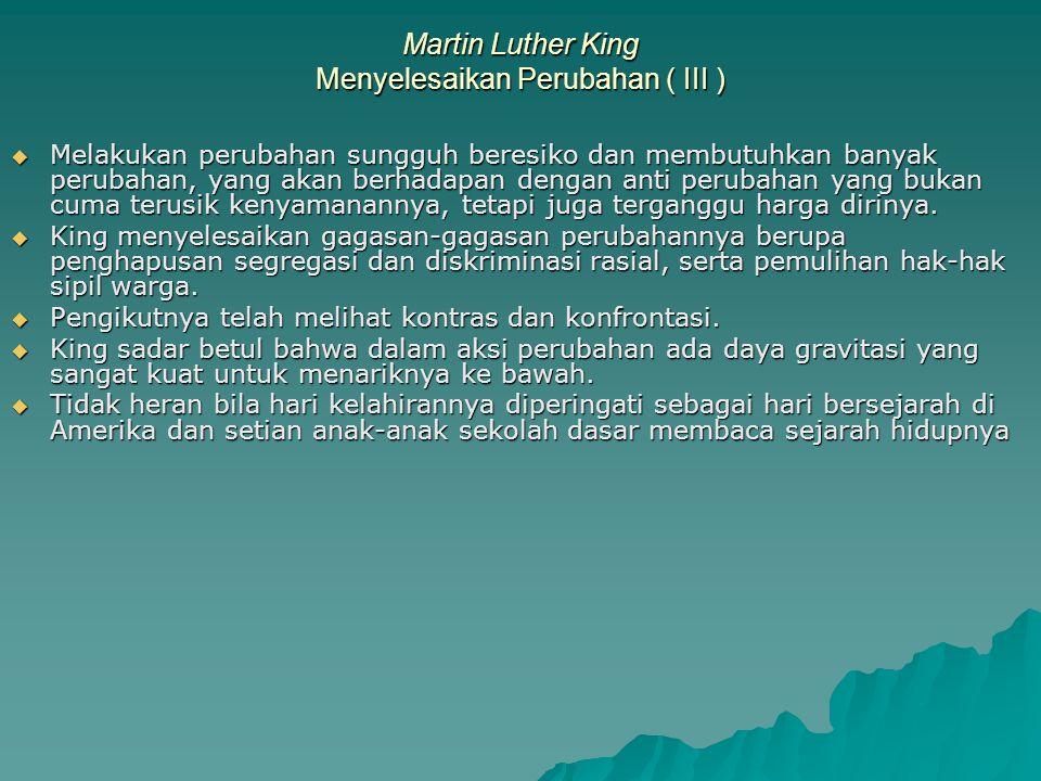 Martin Luther King Melihat Kontras (I)  Marthin Luther King melihat diskriminasi sebagai sesuatu yang harus diubah, sementara jutaan orang kulit hitam lainnya mendiamkan saja selama bertahun-tahun.
