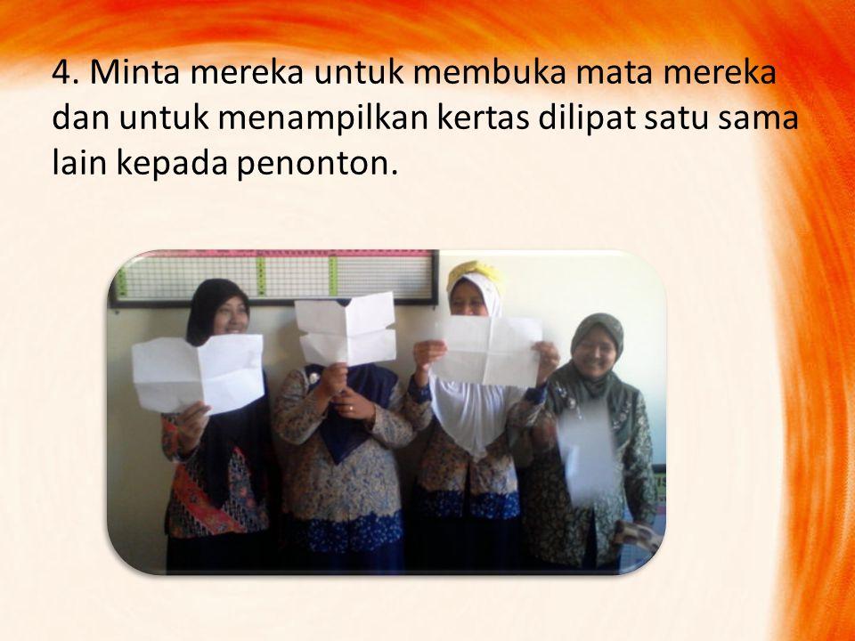 4. Minta mereka untuk membuka mata mereka dan untuk menampilkan kertas dilipat satu sama lain kepada penonton.