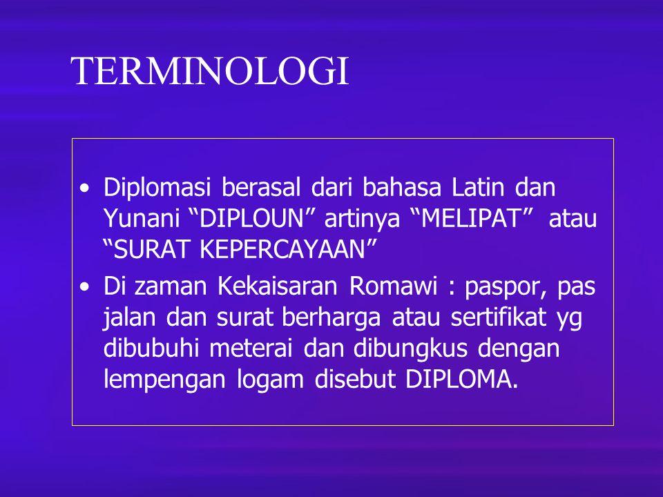 """TERMINOLOGI Diplomasi berasal dari bahasa Latin dan Yunani """"DIPLOUN"""" artinya """"MELIPAT"""" atau """"SURAT KEPERCAYAAN"""" Di zaman Kekaisaran Romawi : paspor, p"""