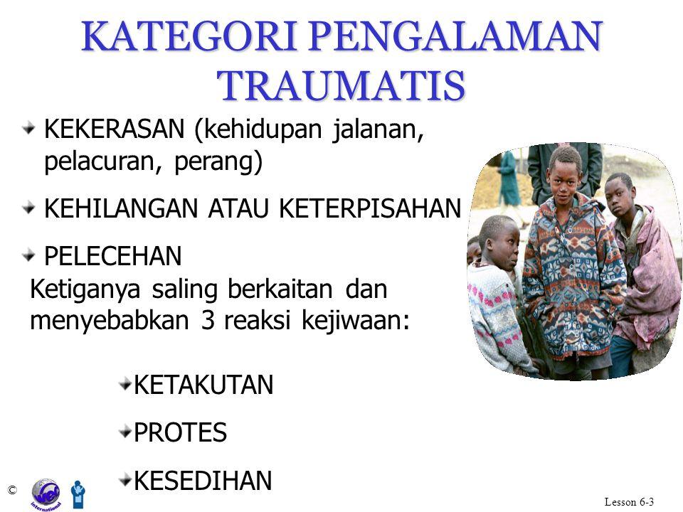 KATEGORI PENGALAMAN TRAUMATIS © Lesson 6-3 KEKERASAN (kehidupan jalanan, pelacuran, perang) KEHILANGAN ATAU KETERPISAHAN PELECEHAN Ketiganya saling be