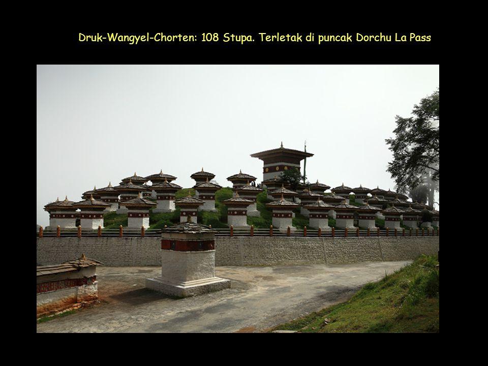 Click to Proceed Druk-Wangyel-Chorten: 108 Stupa. Terletak di puncak Dorchu La Pass