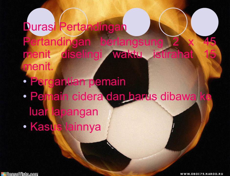 b. Jumlah dan perlengkapan pemain Jumlah pemain sepak bola 1)Pertandingan dimainkan 2 regu yang masing- masing terdiri dari 11 pemain. 2)Pergantian pe