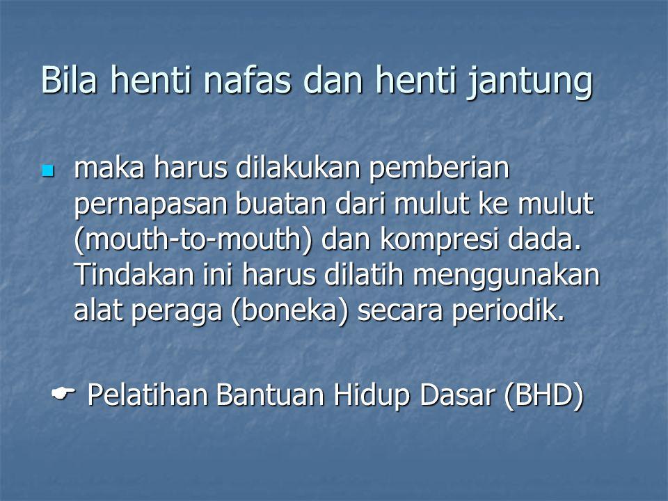 Bila henti nafas dan henti jantung maka harus dilakukan pemberian pernapasan buatan dari mulut ke mulut (mouth ‑ to ‑ mouth) dan kompresi dada. Tindak