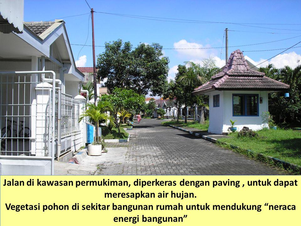 """Jalan di kawasan permukiman, diperkeras dengan paving, untuk dapat meresapkan air hujan. Vegetasi pohon di sekitar bangunan rumah untuk mendukung """"ner"""