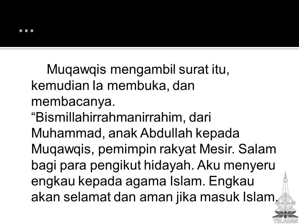 Muqawqis mengambil surat itu, kemudian Ia membuka, dan membacanya.