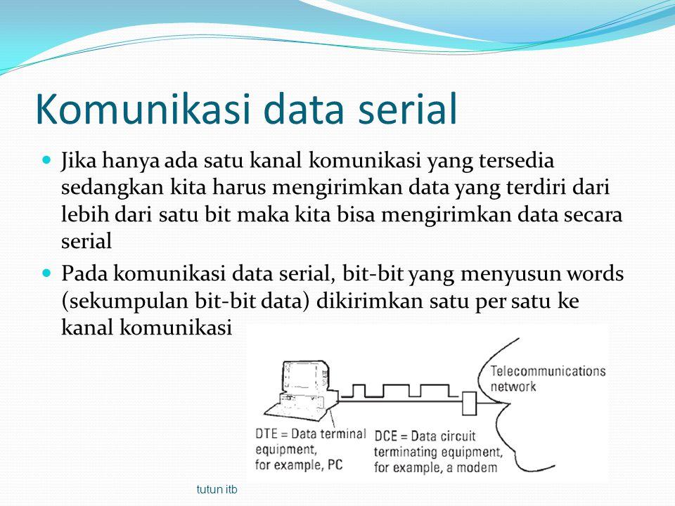 Komunikasi data serial cocok untuk komunikasi jarak jauh Data dikodekan sedemikian hingga informasi timing diterima bersama data dan hanya satu kanal yang diperlukan Kita akan pelajari nanti cara melakukan hal ini Pada komunikasi jarak dekat, bisa digunakan kanal tambahan untuk sinyal clock tutun itb