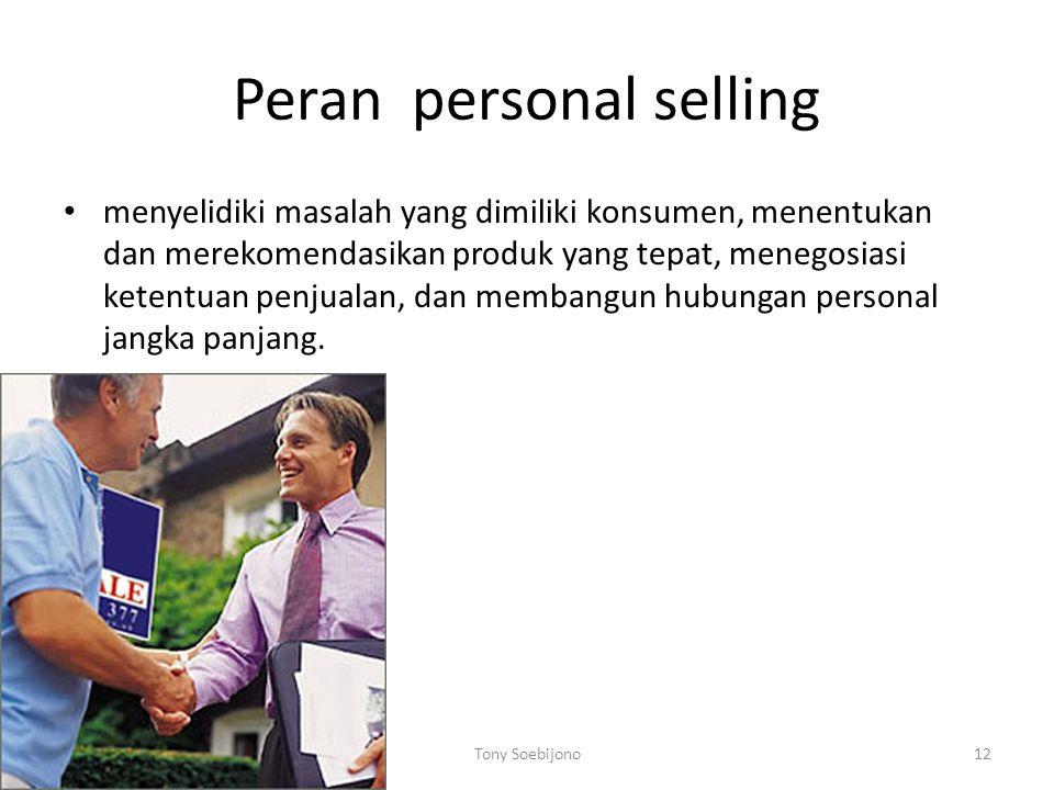 Peran personal selling menyelidiki masalah yang dimiliki konsumen, menentukan dan merekomendasikan produk yang tepat, menegosiasi ketentuan penjualan, dan membangun hubungan personal jangka panjang.