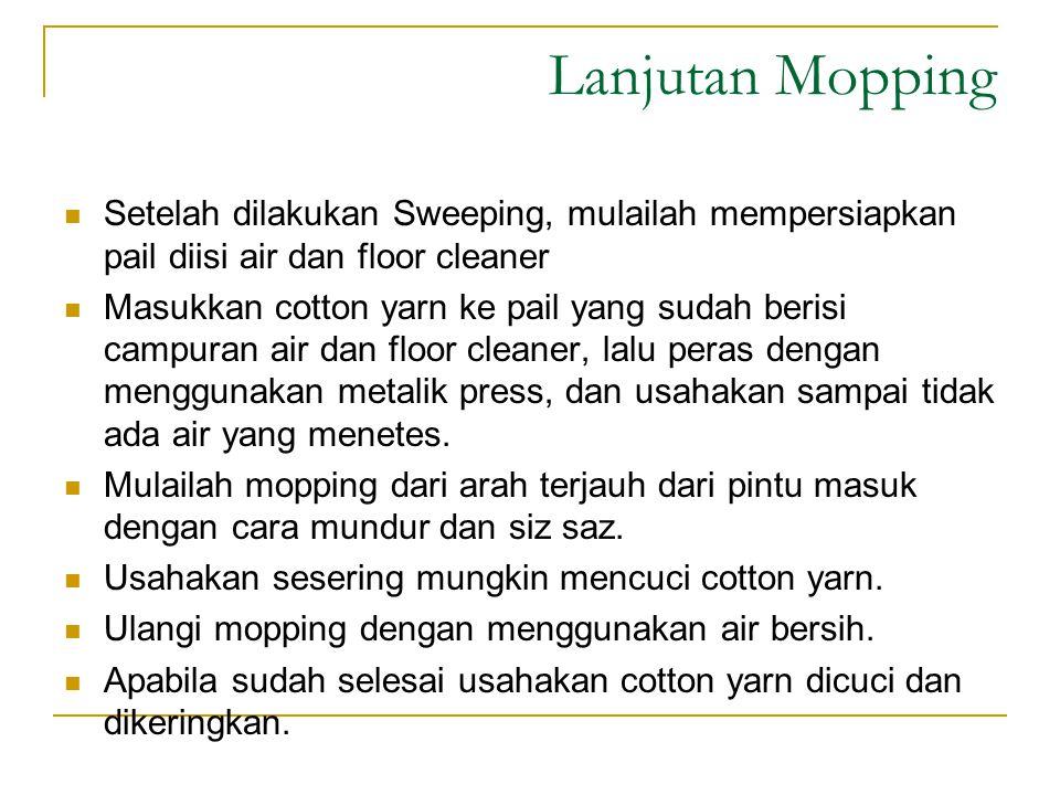 Lanjutan Mopping Setelah dilakukan Sweeping, mulailah mempersiapkan pail diisi air dan floor cleaner Masukkan cotton yarn ke pail yang sudah berisi ca