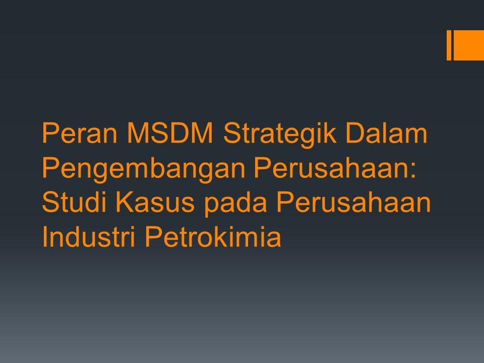 Kerangka dasar teori Dalam penelitian ini, model peran MSDM yang dipilih adalah model yang dikembangkan oleh Ulrich (1997), yakni (1) peran MSDM sebagai strategic partner, (2) peran MSDM sebagai change agent, (3) peran SDM sebagai employee champion, dan (4) peran MSDM sebagai administrative expert untuk digunakan membangun peran MSDM strategik sesuai dengan perusahaan industri petrokimia.