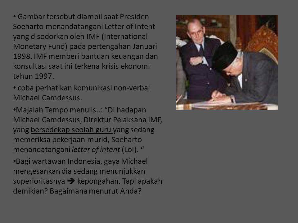 Gambar tersebut diambil saat Presiden Soeharto menandatangani Letter of Intent yang disodorkan oleh IMF (International Monetary Fund) pada pertengahan