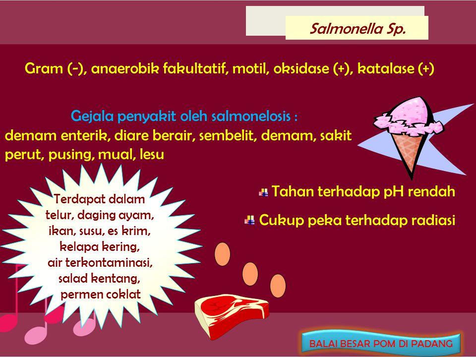 Clostridium perfringens Gram (+), batang anaerobik, non-motil, spora diproduksi dalam usus, memproduksi kapsul, memfermentasi laktosa, mereduksi nitrat, mempunyai aktivitas lesitinase Gejala : sakit perut, mual, diare akut Gejala : sakit perut, mual, diare akut Makanan pembawa : daging ayam & sapi masak suhu kamar, waktu pendinginan lama !.