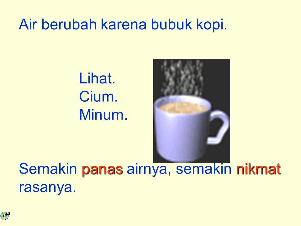 Air berubah karena bubuk kopi.Lihat. Cium. Minum.